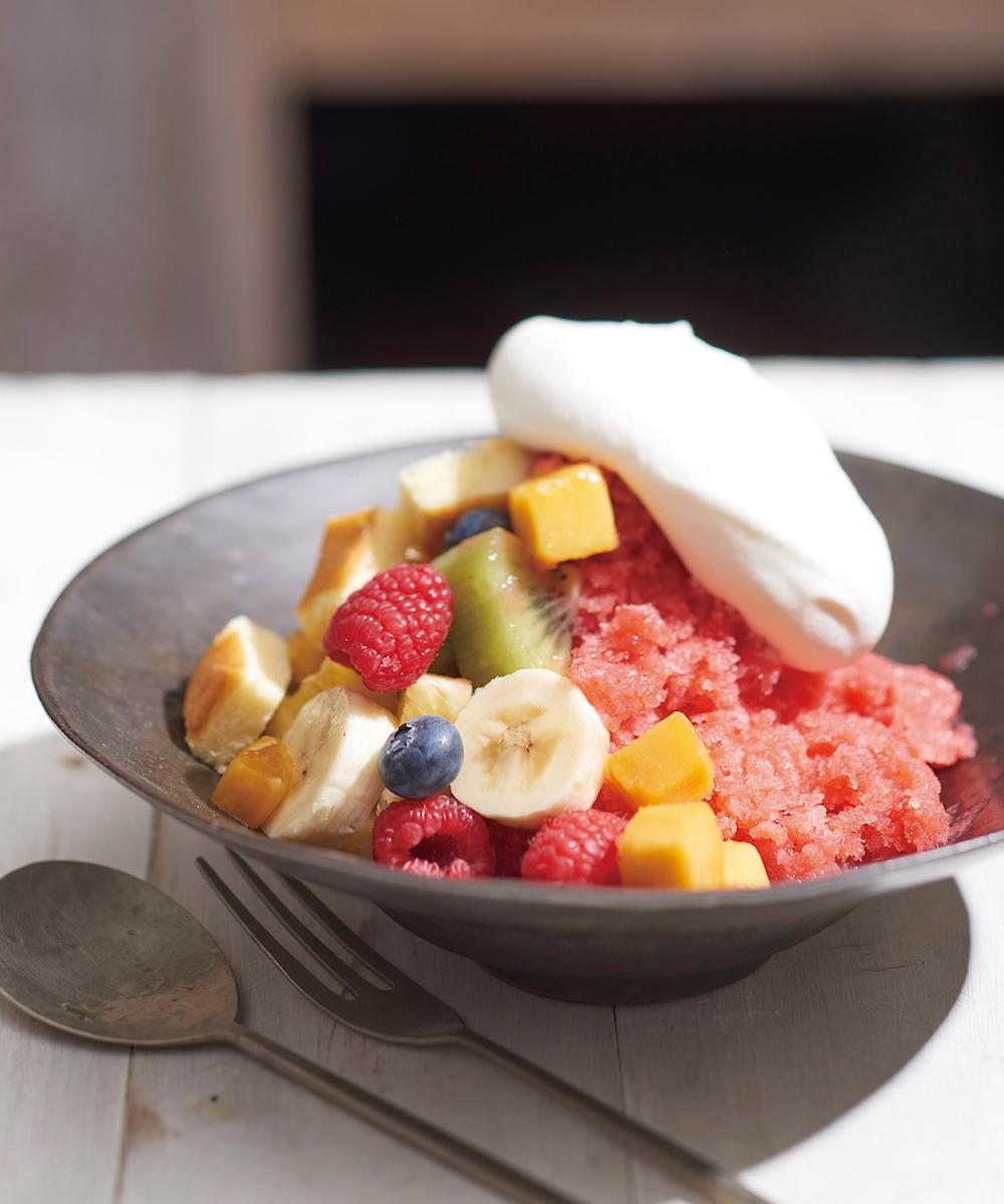 キハチ カフェのかき氷スイーツ「苺のケーキかき氷 ふわふわクリームのせ」