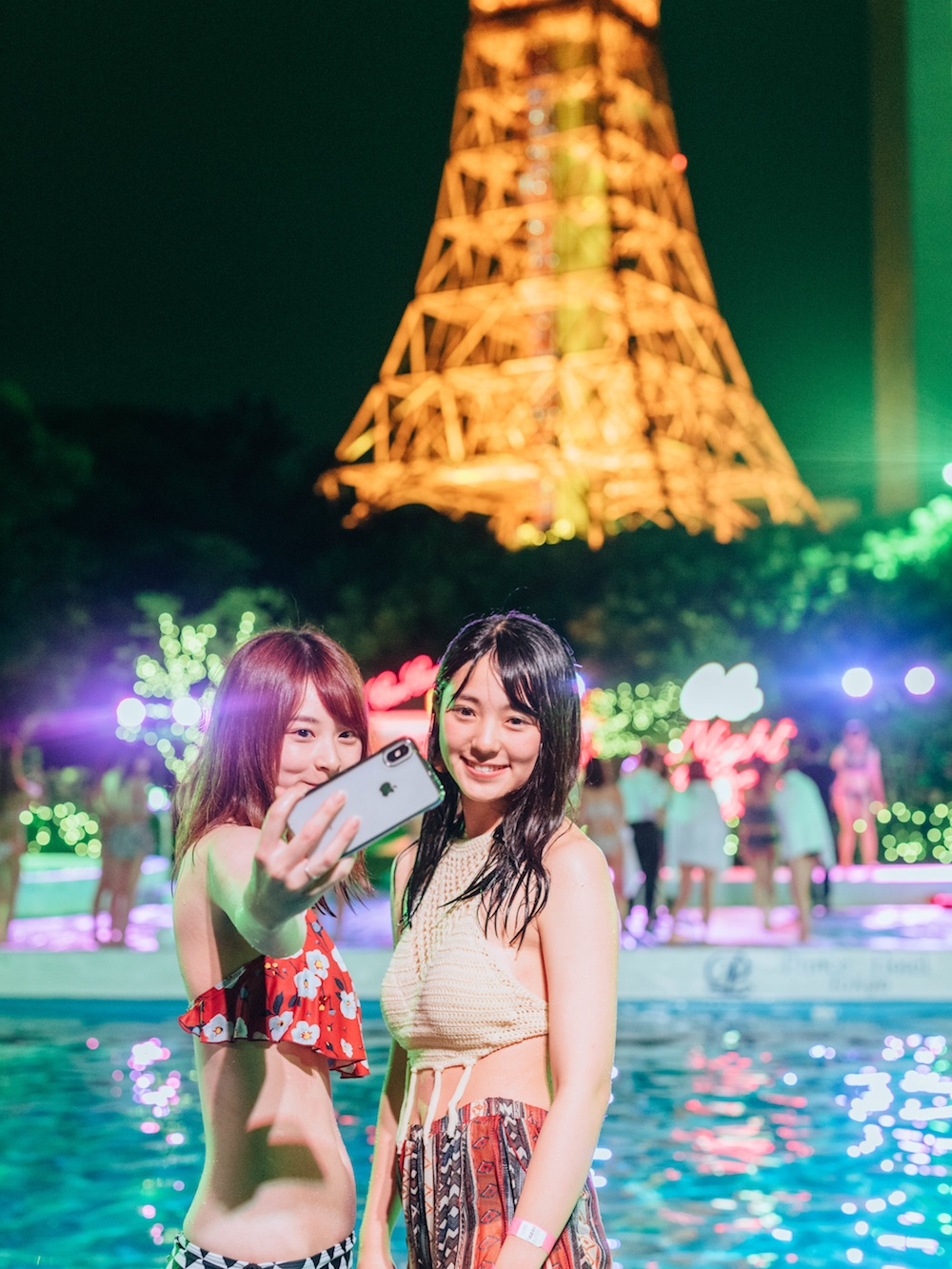 「CanCamナイトプール」にて、東京タワーを背景にセルフィーで撮影する女の子達