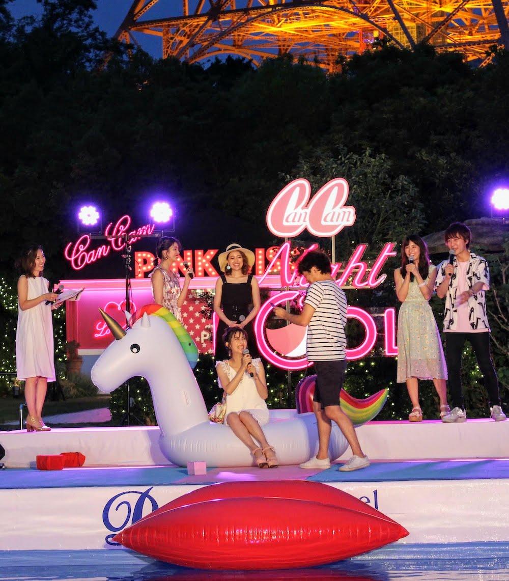 CanCamナイトプールにて、ちゅうえいさんが堀田茜さんをモデルに写真を撮影したシーン(CanCam専属モデルの楓(E-girls/Happiness)、堀田茜、まい(chay)、石川恋、お笑いコンビの流れ星)