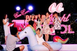 CanCamナイトプールにて、ちゅうえいさんが堀田茜さんをモデルに写真を撮影したシーン(CanCam専属モデルの楓(E-girls/Happiness)、堀田茜、まい(chay)、石川恋、お笑いコンビの流れ星)/撮影:PRINCESS ONLINE