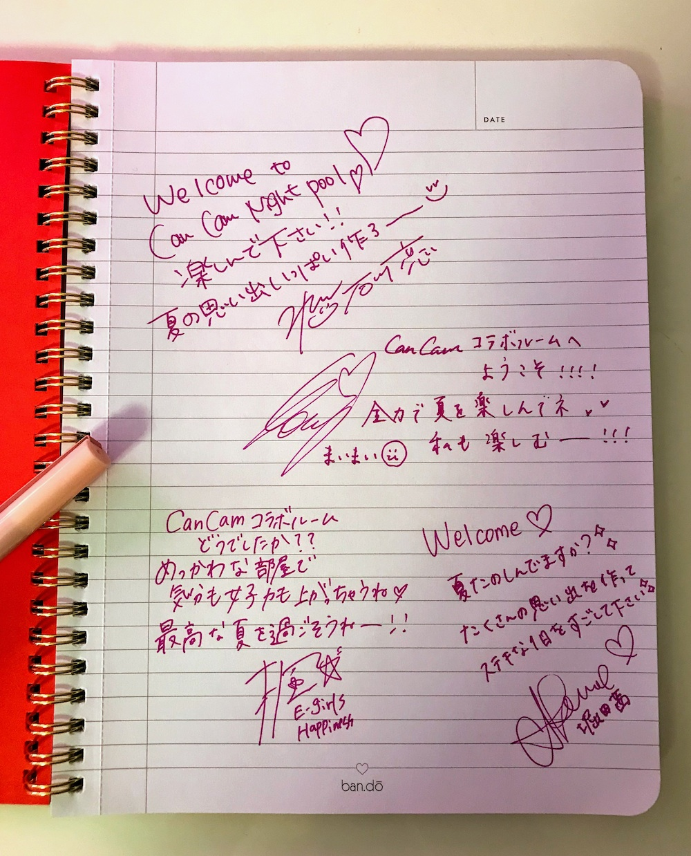 「CanCamナイトプール」コラボルームのデスクに置いてあるノートを開くと・・・ CanCamモデルからのメッセージ