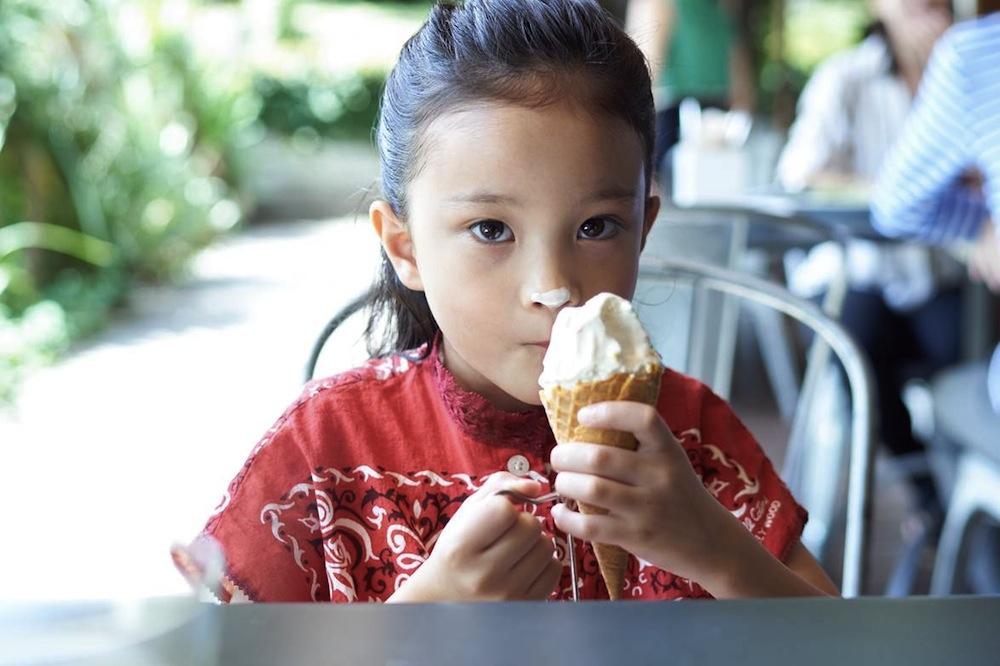 モデル・クリス-ウェブ 佳子さんが、ソニー・ミラーレス一眼カメラ「α6300」で撮影