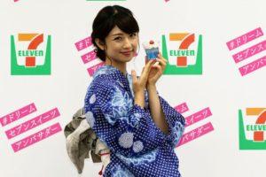 浴衣姿でスイーツをおすすめする小倉優子さん