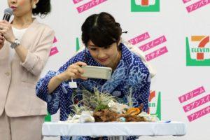 スイーツの写真撮影にチャレンジした小倉優子さん