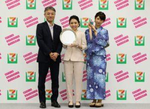 任命式での 小倉優子さん、saaさん、セブン-イレブン・ジャパンの商品本部・石橋誠一郎 本部長