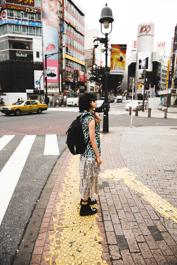 平手友梨奈(欅坂46)、早朝の渋谷の街に佇む姿