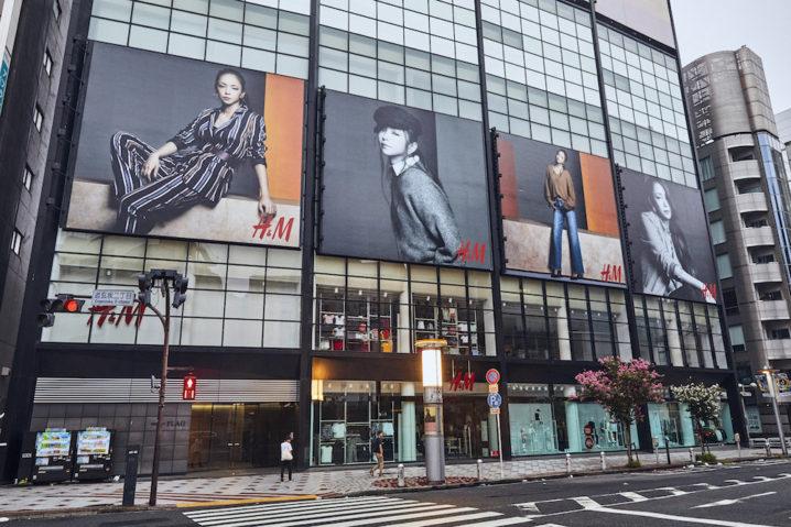 安室奈美恵ビジュアルの屋外大型看板が掲出された「H&M渋谷店」