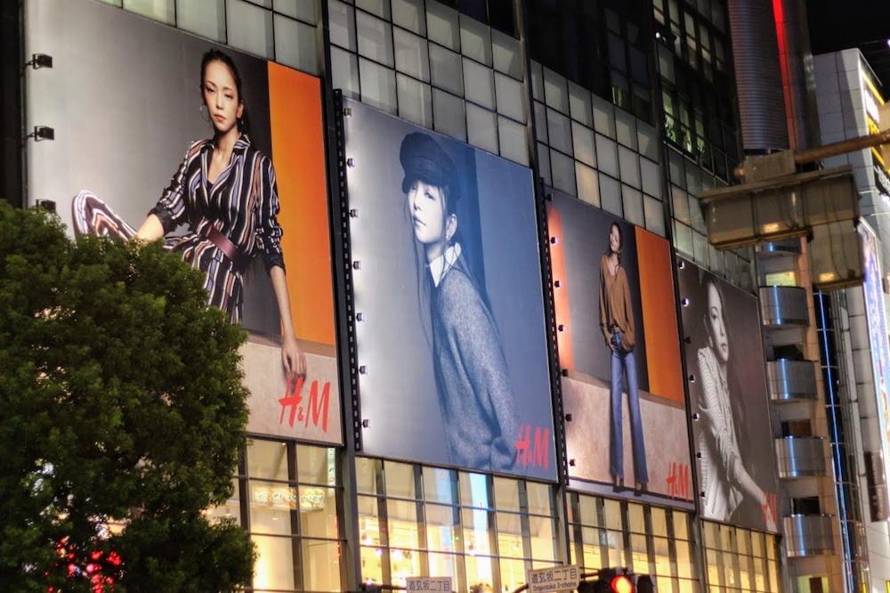 安室奈美恵さんの大きなヴィジュアルが掲載されたH&M渋谷店