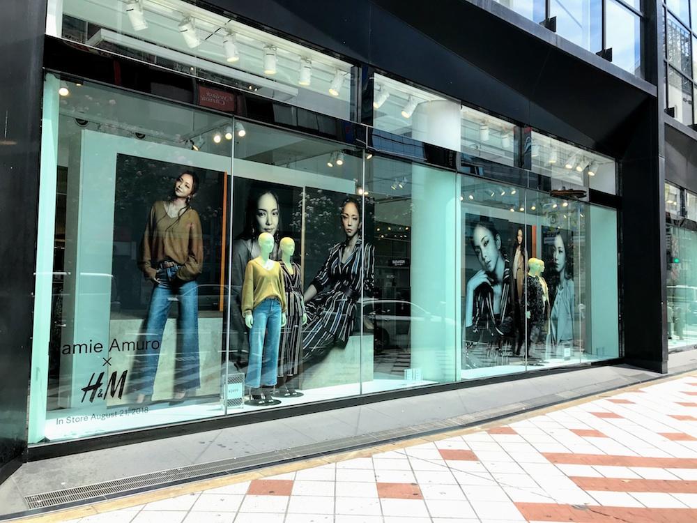 安室奈美恵さんの大きなヴィジュアルが掲載されたH&M渋谷店ショウウィンドー