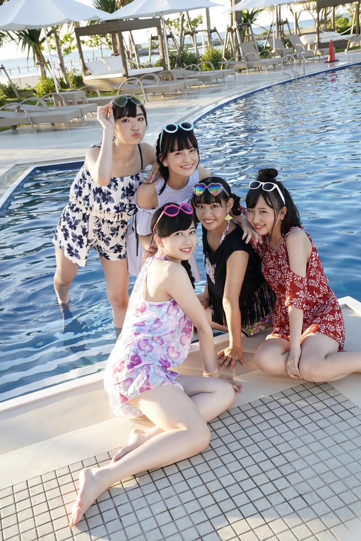 たこやきレインボー・沖縄で撮影した1st写真集「Rainbow journey」(東京ニュース通信社刊)