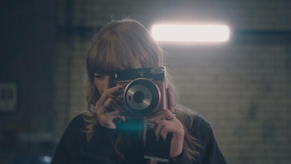 "Taylor Swift(テイラー・スウィフト)・インスタントカメラinstax(インスタックス)""チェキ""シリーズの新TVCM『Now or never.』篇"