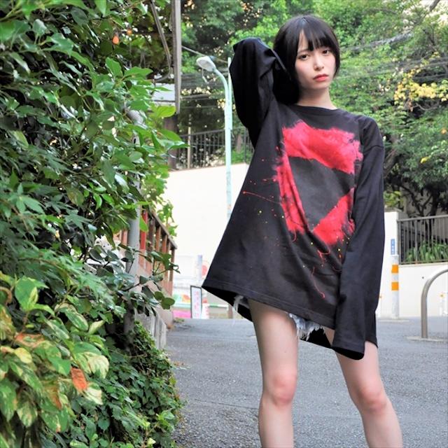 """鬱P率いる日本語歌詞ラウドバンド""""おはようございます""""と着るアートブランド""""沈み""""のコラボアパレル「明日に堕ちる」(モデル:つぶらさん)"""