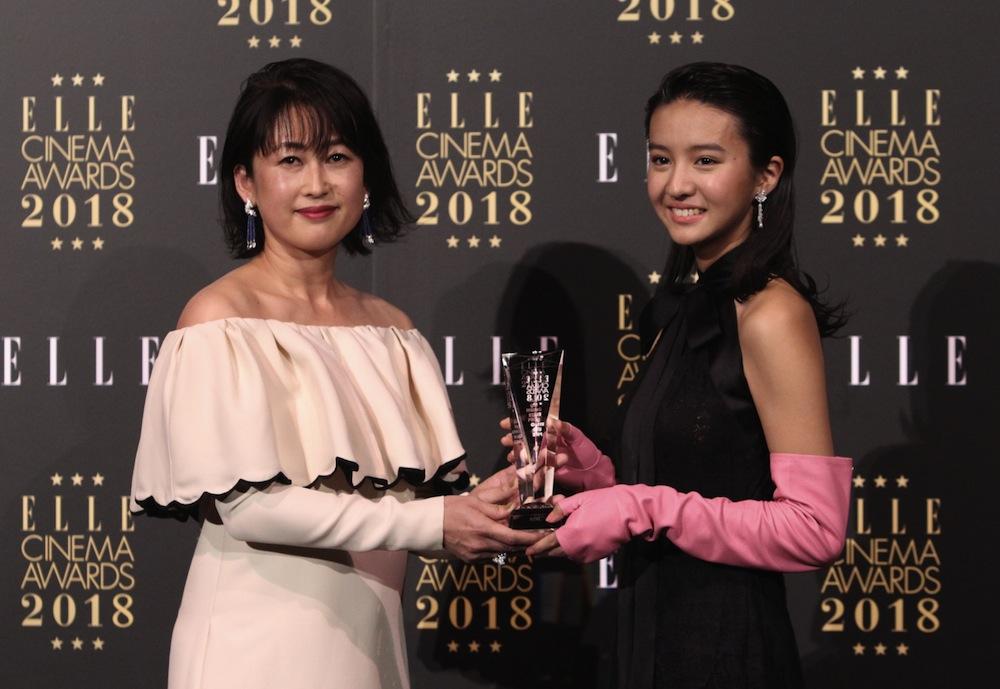 Kōki, (コウキ)、シャネルのドレス&ブルガリのジュエリーを身にまとい、「エル シネマアワード2018」に登壇。「エル・ガール ライジングスター賞」を受賞(2018年11月26日、TOHOシネマズ日比谷にて)