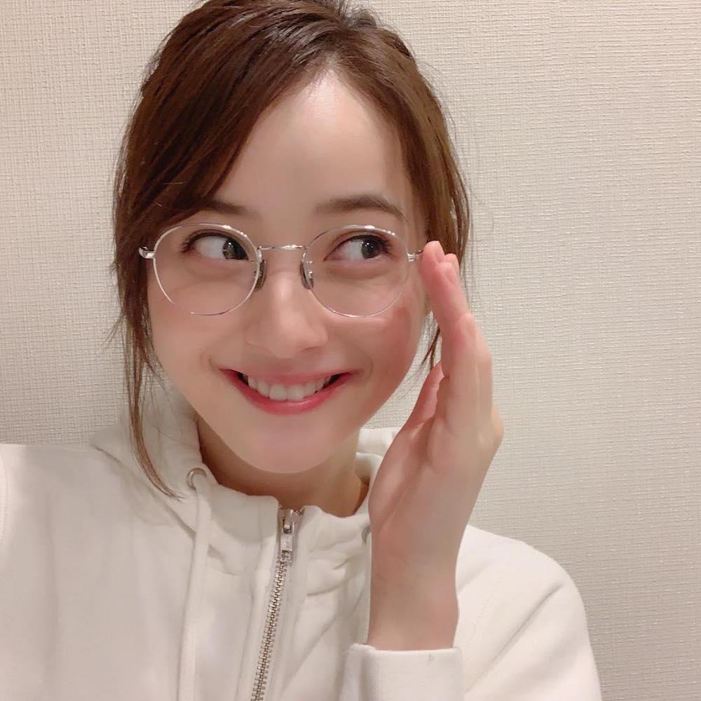 佐々木希、眼鏡姿