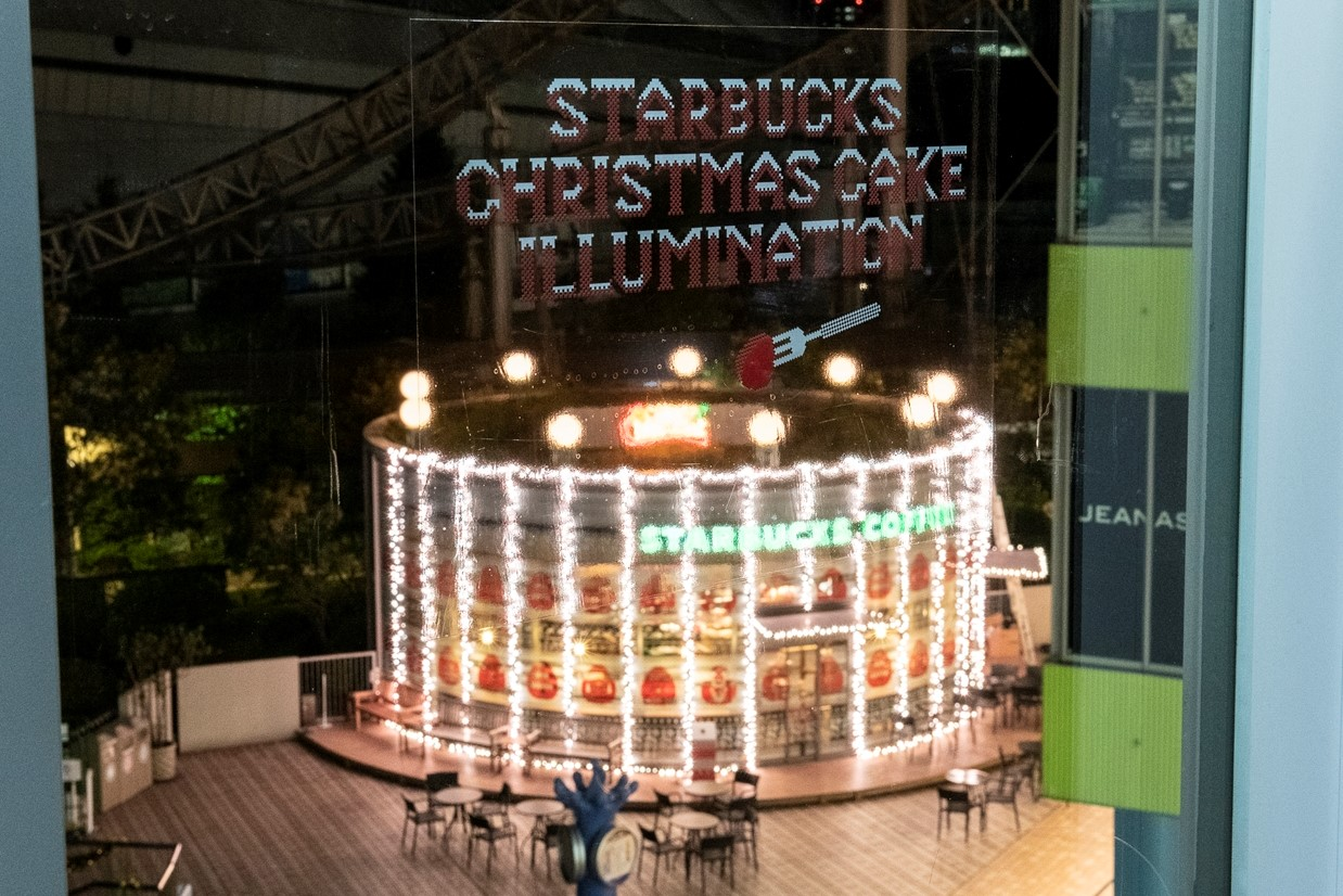 スターバックス コーヒー・東京ドームシティ ラクーア店でのクリスマス ケーキ イルミネーション (2018年)