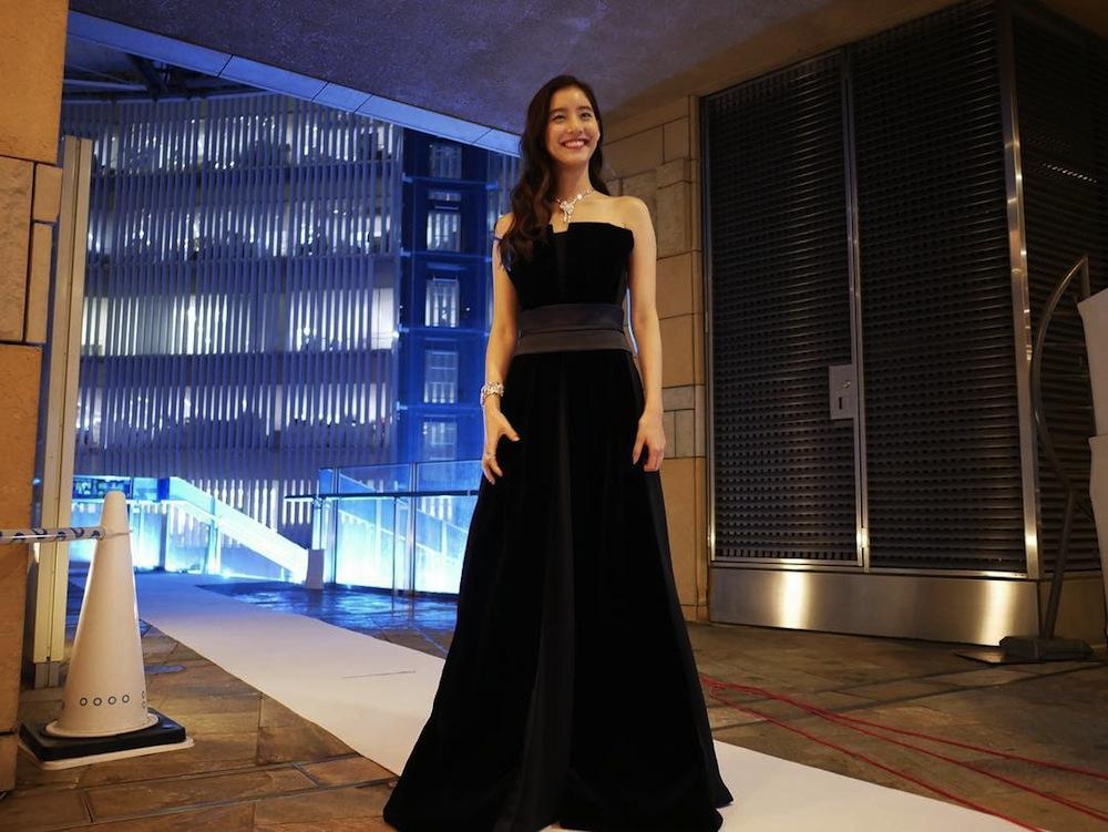 新木優子、ジョルジオ アルマーニのドレス & ティファニーのジュエリーを身につけ、六本木けやき坂イルミネーションの点灯式に登場!