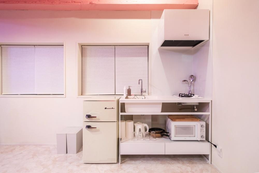 キッチン道具のほか、電子レンジ・冷蔵庫・洗濯機など生活必需品/MOSHI MOSHI ROOMS「SAKURA」