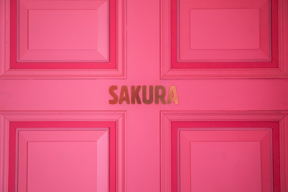 エントランスに「SAKURA」の文字/MOSHI MOSHI ROOMS「SAKURA」