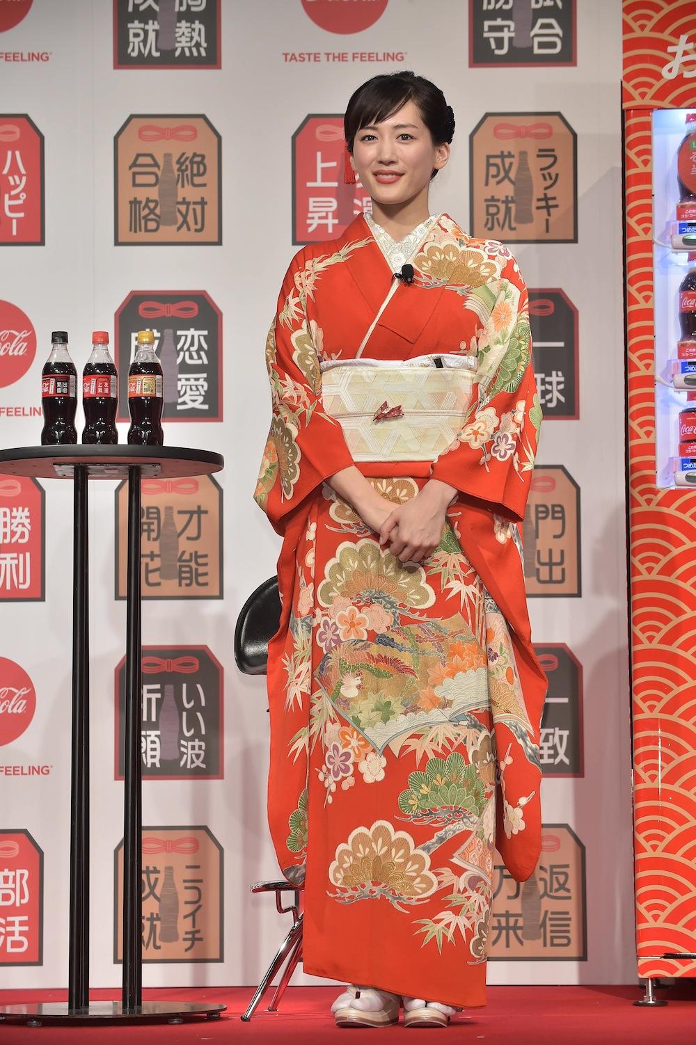 華やかな振袖姿の女優・綾瀬はるか/「コカ・コーラ」福ボトルPRイベントに登場(2019年1月16日)