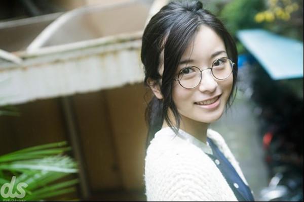 佐々木琴子(乃木坂46の2期生メンバー)・眼鏡姿披露「ビジョメガネ」