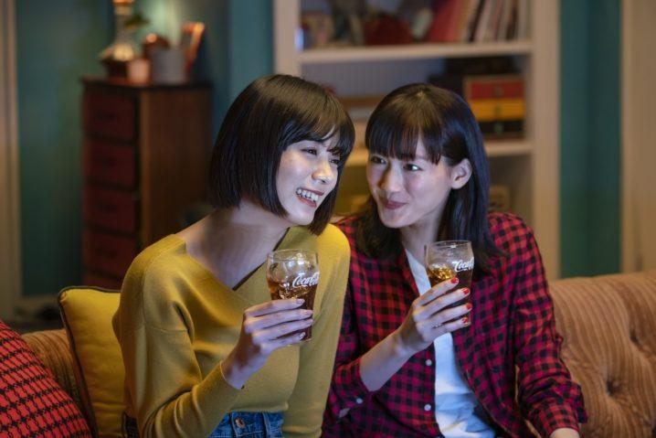 綾瀬はるか・池田エライザ/コカ・コーラCMメイキング(「コカ・コーラテレビの時間はコーク」篇)