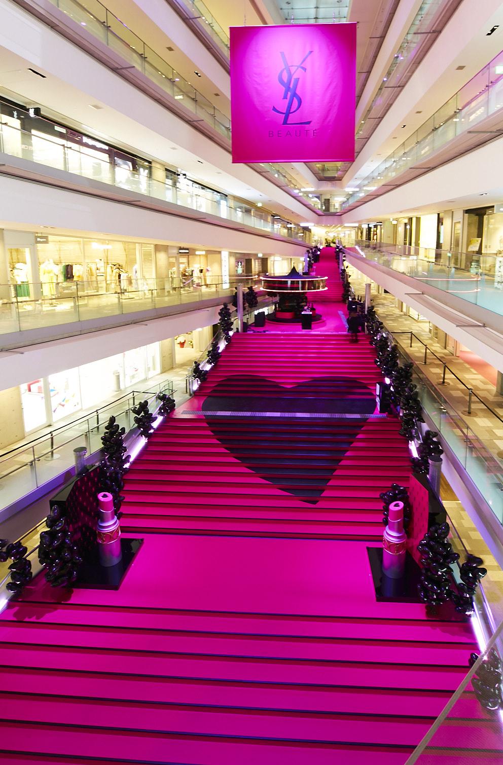 Yves Saint-Laurent Beaute(イヴ・サンローラン・ボーテ)が開催するスペシャルイベント「VOLUPTE LAND(ヴォリュプテ ランド)」(表参道ヒルズ/2019年3月6日)階段のハートマーク