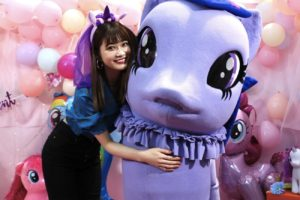 """生見愛瑠(ぬるる)/「MY LITTLE PONY」との2ショット/2019年4月3日(水)、""""女子高生の祭典""""「シンデレラフェスvol.6」ブースにて。"""