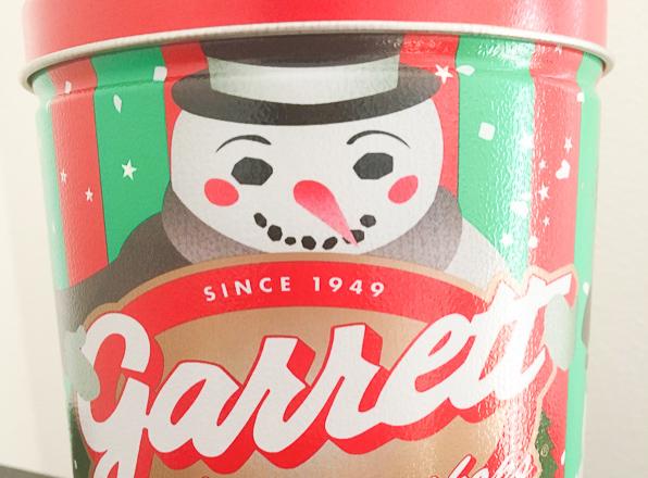 「ギャレット ポップコーン ショップス®」の新フレーバー『スノーホワイト ピスタチオ』。日本限定デザイン『スノーマン缶』