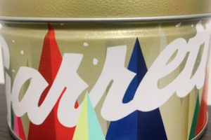 ホワイトチョコでコーティングした「ホワイトチョコレートマカダミア」の缶のデザイン